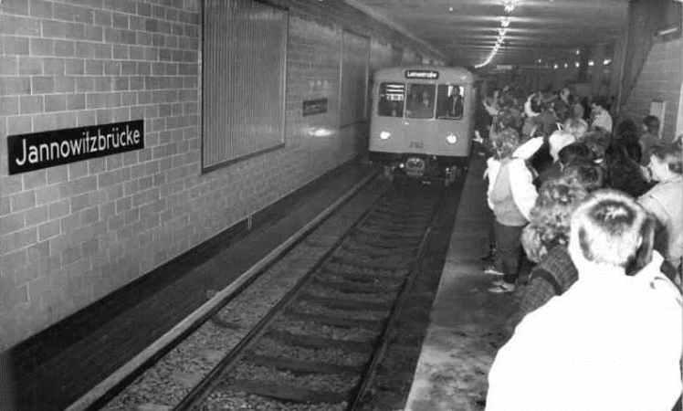 Bundesarchiv_Bild_183-1989-1111-007,_Berlin,_U-Bahnhof_Jannowitzbrücke,_Eröffnung